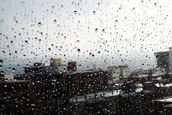 Pioggia sul vetro della finestra